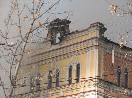 Пожар в луганской поликлинике №7 до сих пор не потушен (фото, видео)