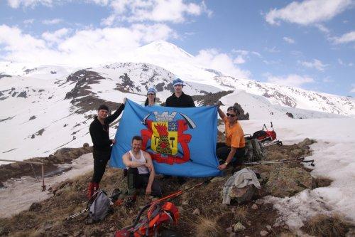 Флаг Луганска водрузили на вершину Эльбруса