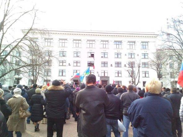 В Луганске пророссийские экстремисты избивают украинцев и захватывают здание обгосадминистрации