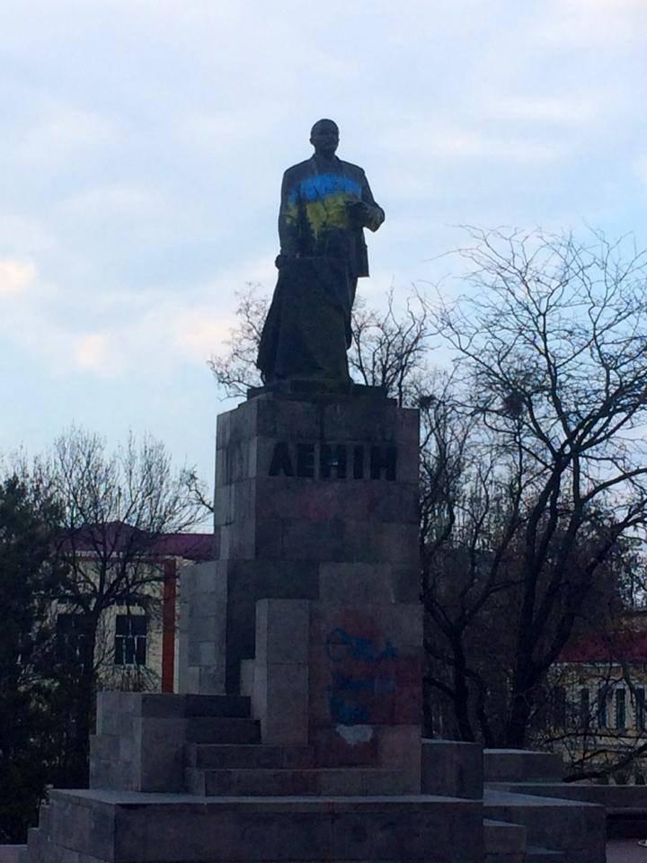 В Луганске памятник Ленину стал сине-желтым (ФОТО)