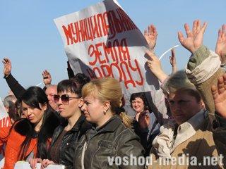 Луганские торговцы вышли на улицу и потребовали от мэра сохранения своих рабочих мест
