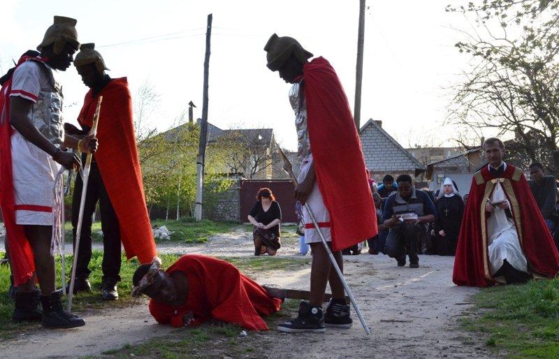 Луганские католики в Великую Пятницу прошли по Крестному пути Христа (ФОТО)