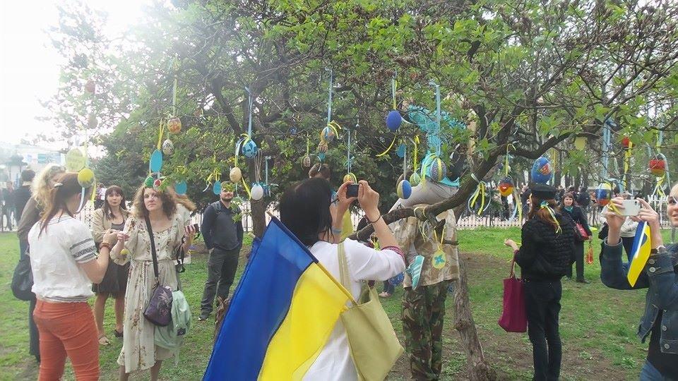 В Луганске на площадях отмечают Пасху: у СБУ прошел Крестный ход, а у памятника Шевченко разрисовывали писанки (ФОТО)