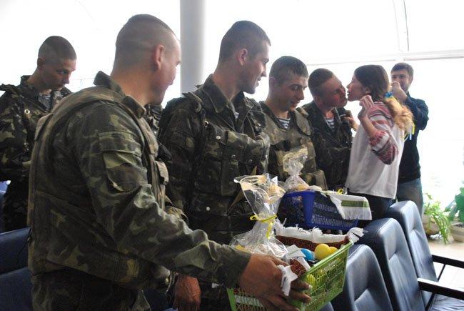 На Великдень луганчане навестили украинских военных, находящихся в аэропорту (ФОТО, ВИДЕО)