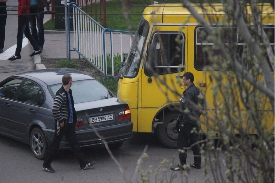 В Луганске возле McDonalds столкнулись машина и автобус (ФОТО)