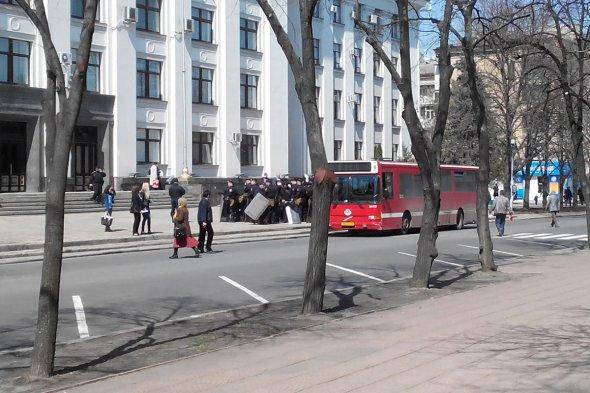 В Луганской облгосадминистрации усилили охрану (фото)