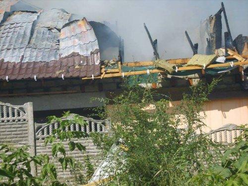 В Луганске под обстрел попал частный сектор на улице Барбюса. Начался пожар. Есть раненые (ФОТО, ВИДЕО)