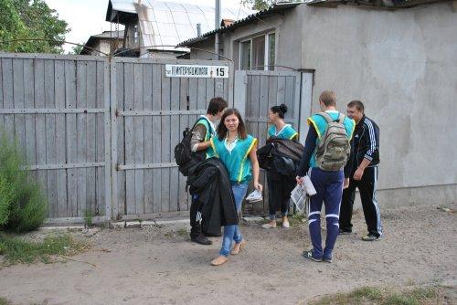 В Старобельске студенты-волонтеры ЛНУ собирали у местных жителей помощь для беженцев (ФОТО)