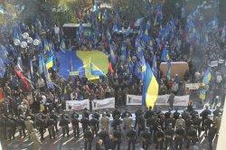 Милицию возле парламента забросали петардами и шумовыми гранатами