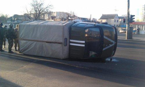 В Одессе перевернулся военный грузовик