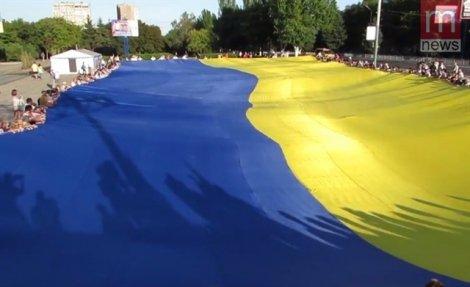 ВМариуполе отметили День города, развернув самый огромный флаг Украины