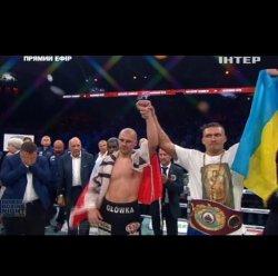 Украинец Александр Усик выиграл первый титул чемпиона мира по боксу