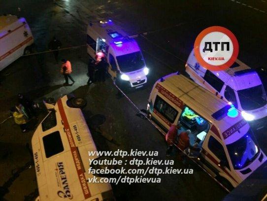 ВКиеве скорая угодила вДТП: ранены три человека, шофёр авто умер