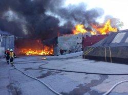 В Киевской области горит фабрика