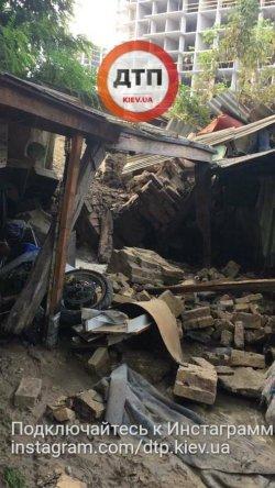 В Киеве подпорная стена обрушилась на жилой дом