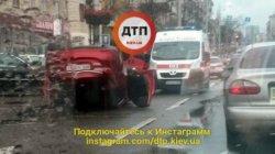 В центре Киева перевернулся автомобиль
