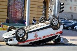 В центре Одессы в результате аварии перевернулась машина ГСЧС
