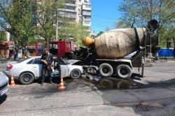 В Одессе грабители, скрываясь от полиции, протаранили бетономешалку