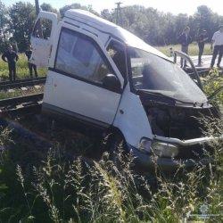 В Одесской области легковой автомобиль выехал на железнодорожный переезд и столкнулся с поездом