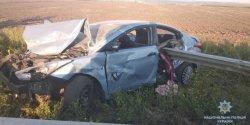 Женщина-водитель, пытаясь объехать собаку, снесла отбойник: погиб ребенок