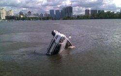 В Киеве в Днепр упал автомобиль
