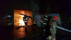 В Киеве при пожаре на СТО сгорело 2 автомобиля