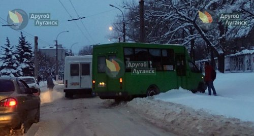 В оккупированном Луганске столкнулись две маршрутки