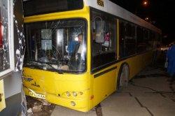 В Киеве автобус с пассажирами протаранил два МАФа