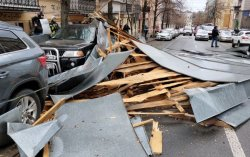 В Киеве на проезжую часть обрушилась крыша здания