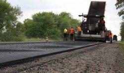 В Луганской области ведутся работы по укладке верхнего слоя дорожного покрытия на дороге государственного значения Н-26